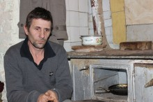 Ajută o familie săracă cu o sobă şi lemne să-şi încălzească baraca