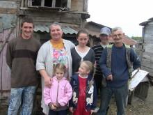 O familie săracă cu 13 copii a primit 2 vaci şi un cal pentru dezvoltarea gospodăriei