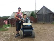 Iarco a primit un cărucior electric de teren, special pentru boala lui